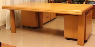 Διευθυντικό γραφείο με τροχήλατο βοηθητικό έπιπλο και μία τροχήλατη συρταριέρα