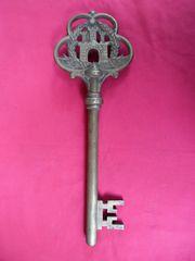 Μεγάλο μασίφ μπρούτζινο διακοσμητικό κλειδί.