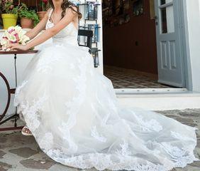 Πωλείται νυφικό φόρεμα με αποσπώμενη μακριά ουρά, σε άριστη κατάσταση, μοντέλο 2019