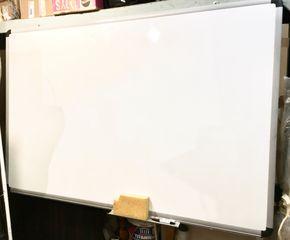 Λευκός πίνακας πάνελ αλουμινίου 15 χιλιοστά με αναδιπλούμενη κινούμενη βάση για το σφουγγάρι και τους μαρκαδόρους