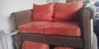 Διθέσιος καναπές εξαιρετικής κατασκευής με ξύλινα ποδαράκια