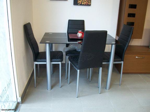 Τραπεζαρία Έλενα με 2 μεταλλικές καρέκλες ντυμένες με τεχνόδερμα.